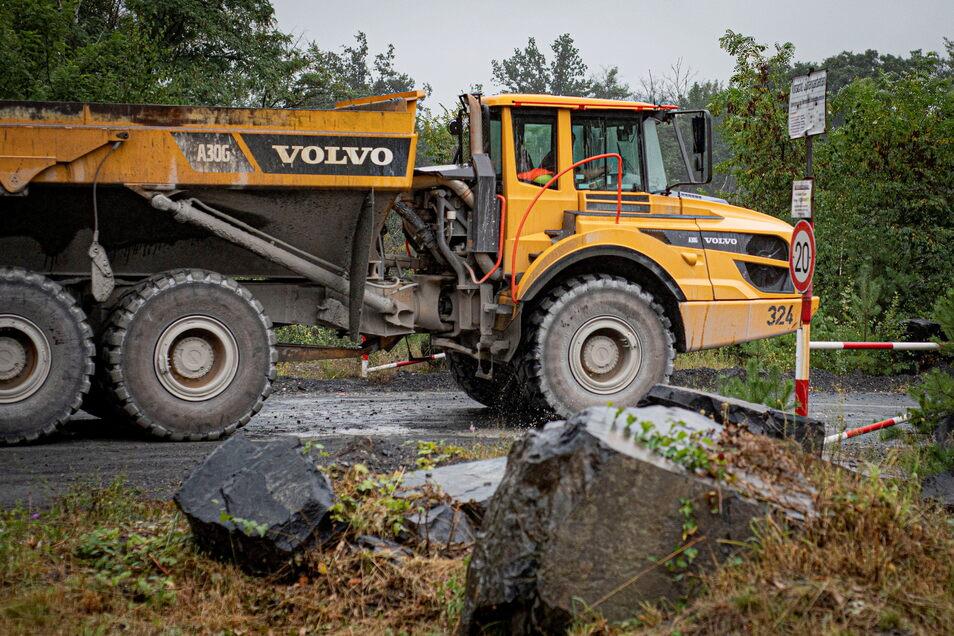 Ein Kipper zum Gesteinstransport ist auf dem Weg zum Gelände des Grauwacke-Steinbruchs in Kamenz-Bernbruch. Wegen Lärm und Staub gibt es immer wieder Kritik von Bürgern.