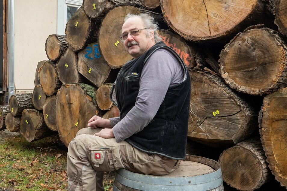 Viel Holz vor der Hütte: Böttcher Uwe Schubert, 62, verarbeitet für seine Pflanzkübel ausschließlich Eichen, etwa 50 Kubikmeter im Jahr. Diese Stämme sind bei Neustadt gewachsen.