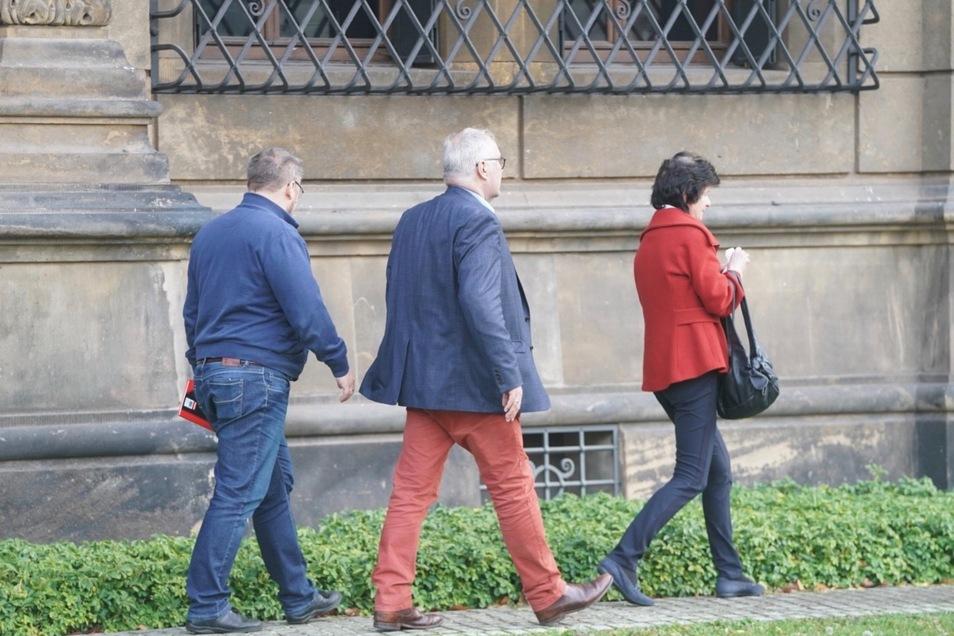 Wissenschaftsministerin Eva-Maria Stange und Museumsdirektor Dirk Syndram (Mitte) haben den Tatort von außen besichtigt.