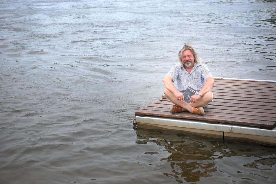 Gar nicht mehr so allein, sondern offenbar mit vielen Fans gesegnet: Der Meißner Musiker Peter Braukmann hat einen Hit geschrieben.