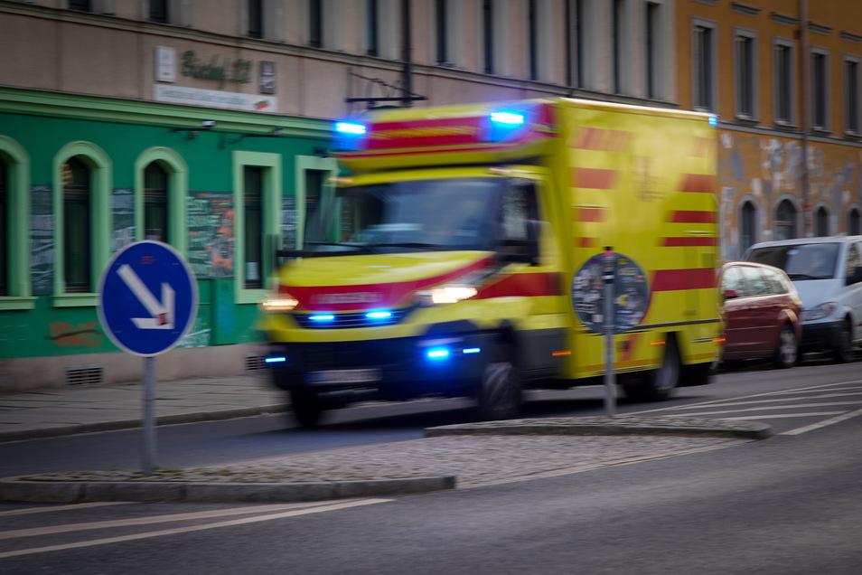 Ein Rettungswagen im Einsatz. Zu einem gefährlichen Vorfall kam es im Landkreis Meißen. Gegen eine verantwortungslos handelnde Familie werden rechtliche Konsequenzen geprüft.