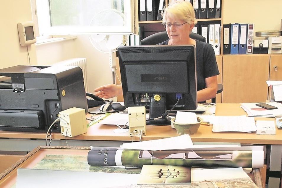 Regina Barufke in ihrem Arbeitszimmer. Sie beschäftigt sich gerade mit der Werbung für die neue Ausstellung.