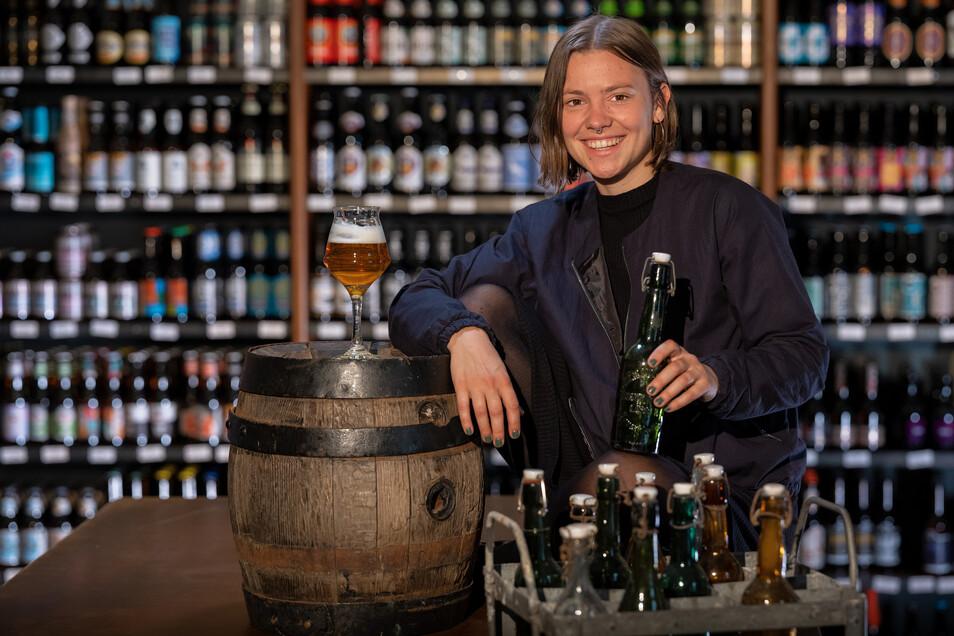 """Barbara Staudenmaier arbeitet seit 2013 im """"Hopfenkult""""- Laden in der Dresdner Neustadt. Aufgestiegen ist Staudenmaier Mitte 2018. Seitdem hat sie die Funktion des """"Store-Managers"""" inne und ist damit verantwortlich für Personal, Verkostungen und Bier-Nach"""