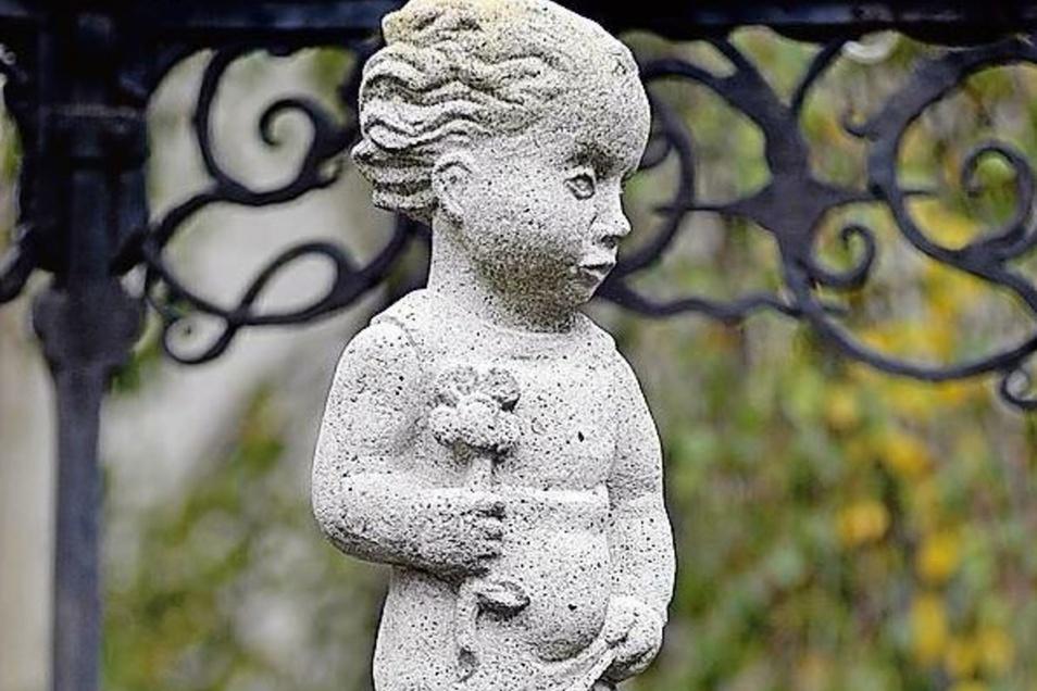 Die Knabenfigur auf dem Grünen Born vor dem Stadtmuseum.