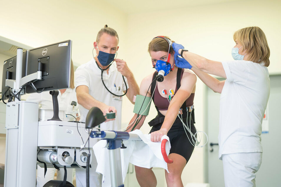 Fiona Kolbinger ist fit. Trotzdem macht sie vor der großen Tour den Leistungstest am Uniklinikum Dresden bei Stephan Lasch (l.) und Angelika Sauermann.