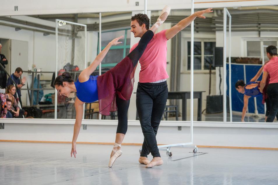 """Zwei Tänzer proben ihren Auftritt für die Inszenierung """"EinRAUMwohnung"""". Die Premiere am 31. Oktober ist die erste für das Ballett des Sorbischen National-Ensembles nach dem Corona-Aus im Frühjahr."""
