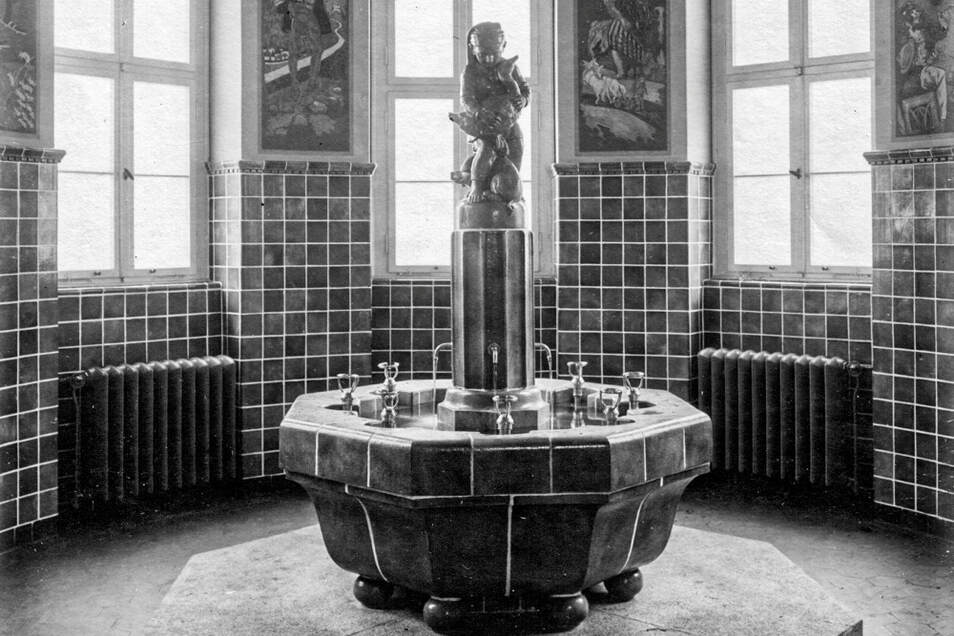 So sah der mit Wandbildern gestaltete Brunnenraum mit dem Märchenbrunnen in der Laubuscher Schule einmal aus. Die Stadt Lauta und die Denkmalpflege sind daran interessiert, den Ursprungszustand wiederherzustellen.