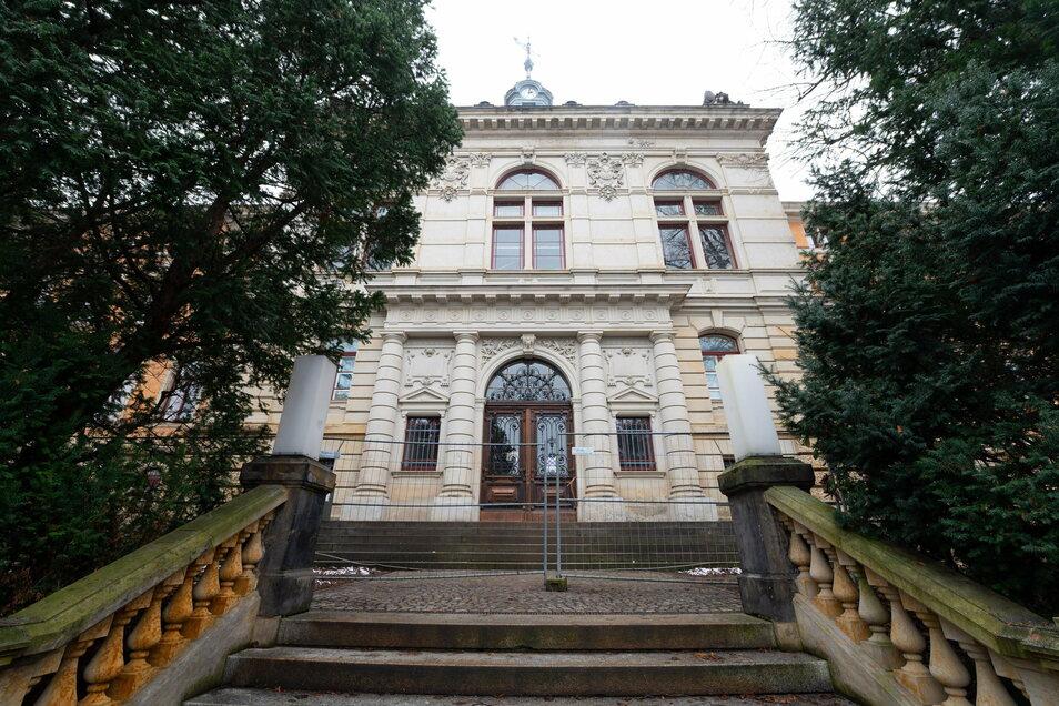 Das frisch sanierte Gymnasium Dresden-Plauen auf der Kantstraße. Bald ziehen hier die Schüler wieder ein.