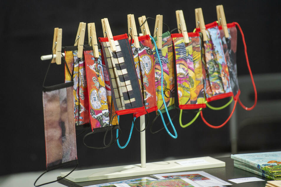 Aus der Not eine Tugend hat die Radebeuler Künstlerin Dorothee Kuhbandner gemacht: Sie hat Masken mit ihren farbenfrohen Motiven bedrucken lassen. Die kann man in ihrer Galerie kaufen.