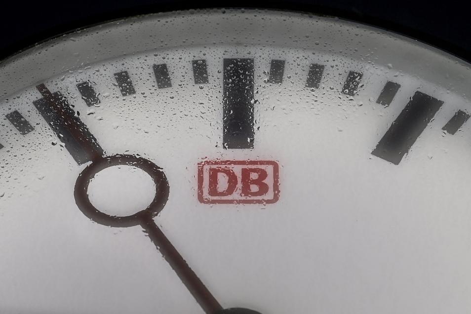 Im Tarifkonflikt bei der Deutschen Bahn geht das Unternehmen nach eigenen Angaben einen weiteren Schritt auf die Lokführergewerkschaft GDL zu.