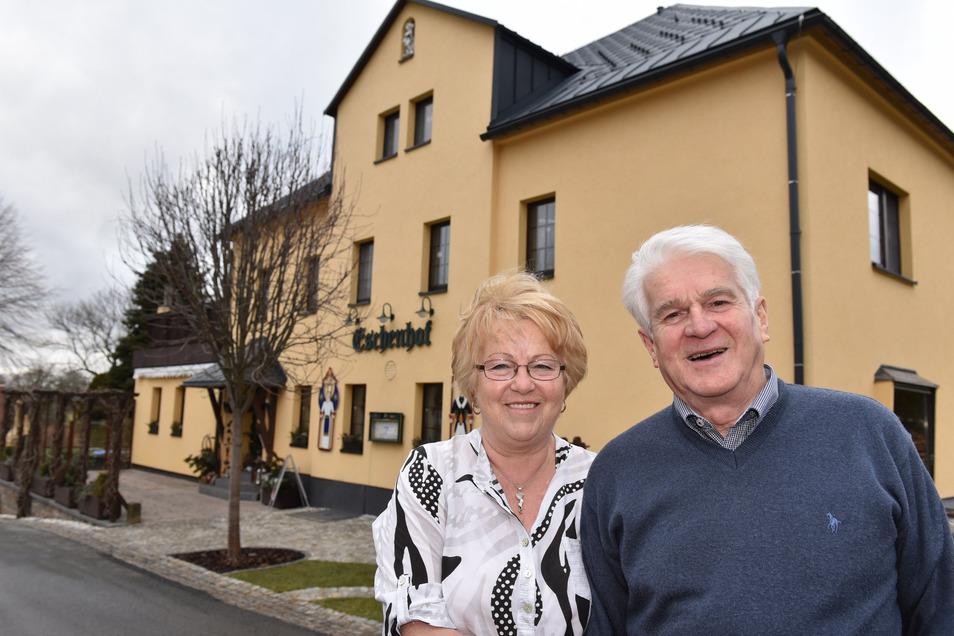 Rainer und Sieglinde Kempe vor Gaststätte Eschenhof Ammelsdorf.