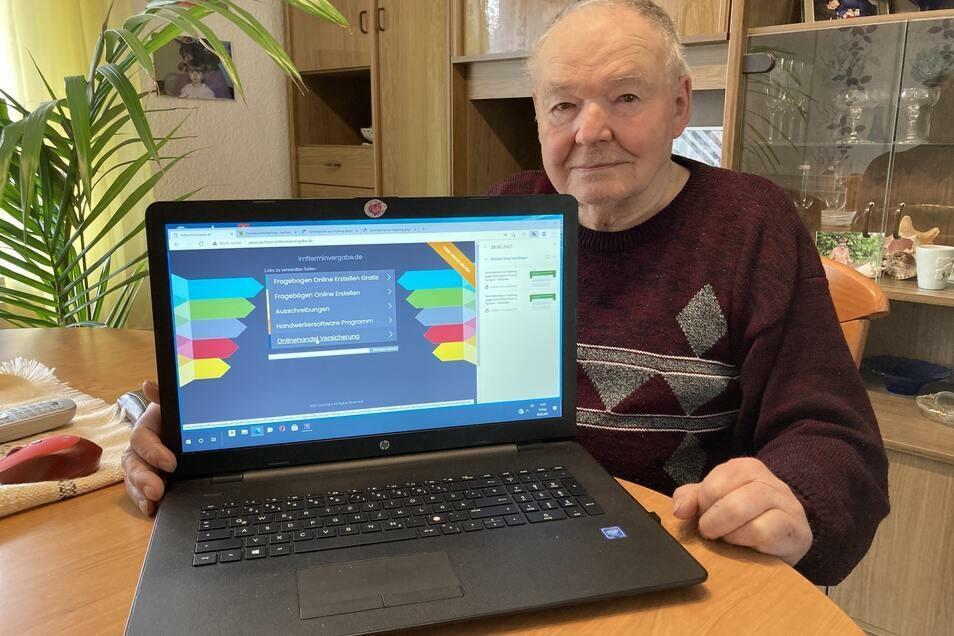 Eckhard Kindler zeigt die Internet-Seite, die ihn beim Versuch verwirrte, sich für eine Impfung anzumelden.