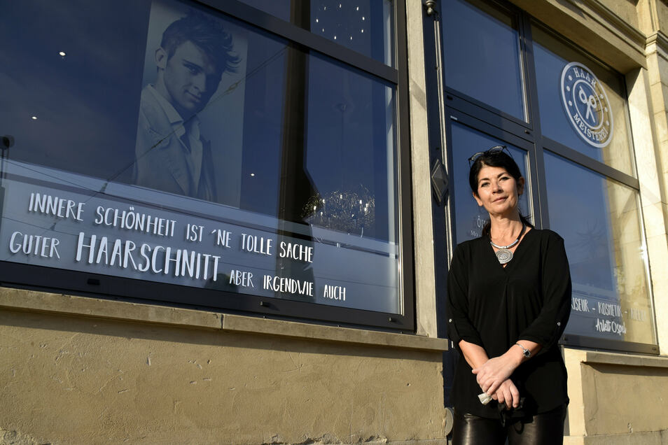 Friseurmeisterin Arlet Ospel hat in der Nähe der alten Herkuleskeule in Dresden ein neues Domizil gefunden. Das freut auch ihre betagteren Kunden.