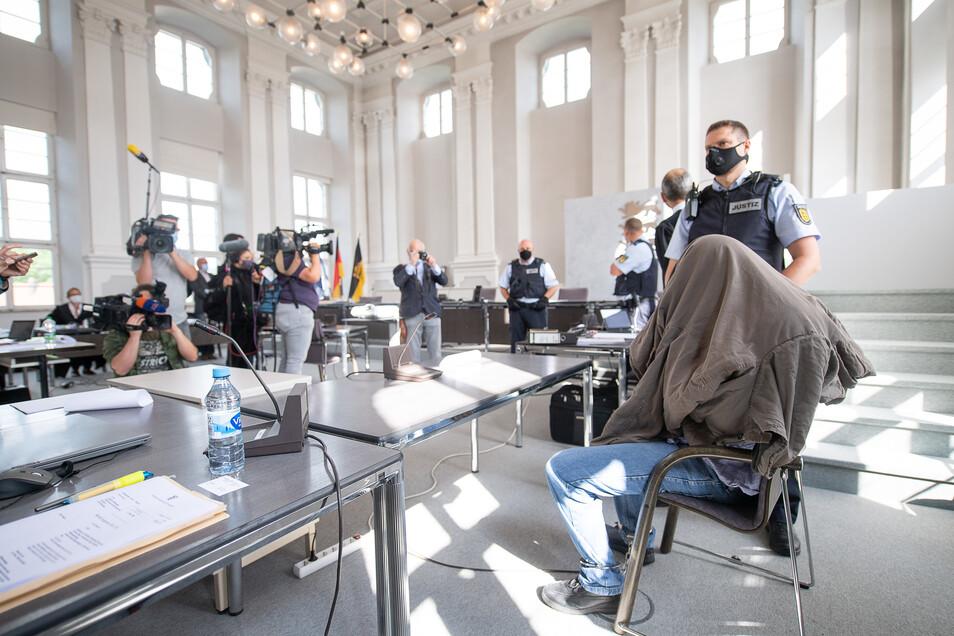 Der Angeklagte (r) sitzt während des Prozessauftakts in einem Saal des Landgerichts Ellwangen.