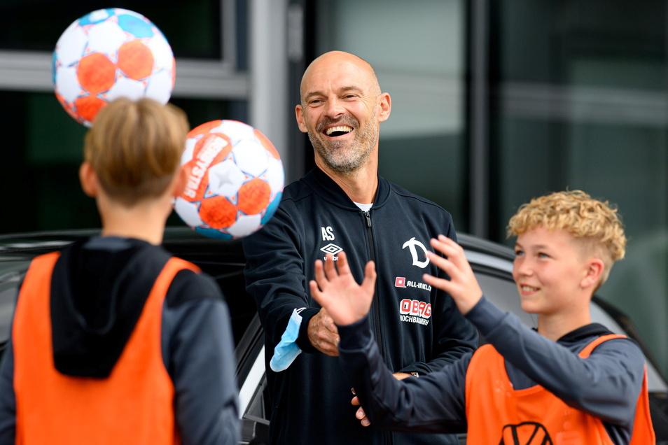 Immer locker bleiben. Dynamos Chefcoach Alexander Schmidt macht es beim Fototermin mit zwei Nachwuchsspielern an der Gläsernen Manufaktur vor.