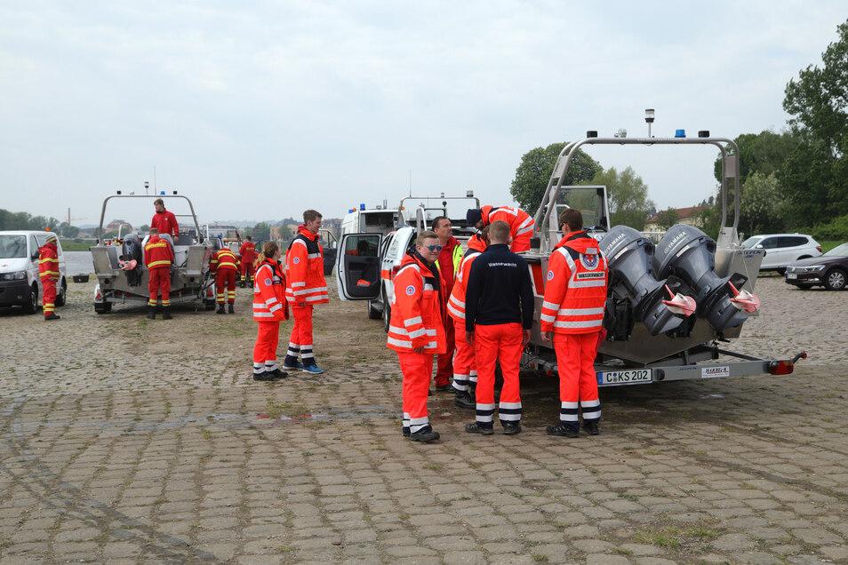 Helfer der Wasserwacht und der DLRG bereiten sich am Mittwoch auf die Suchaktion vor.
