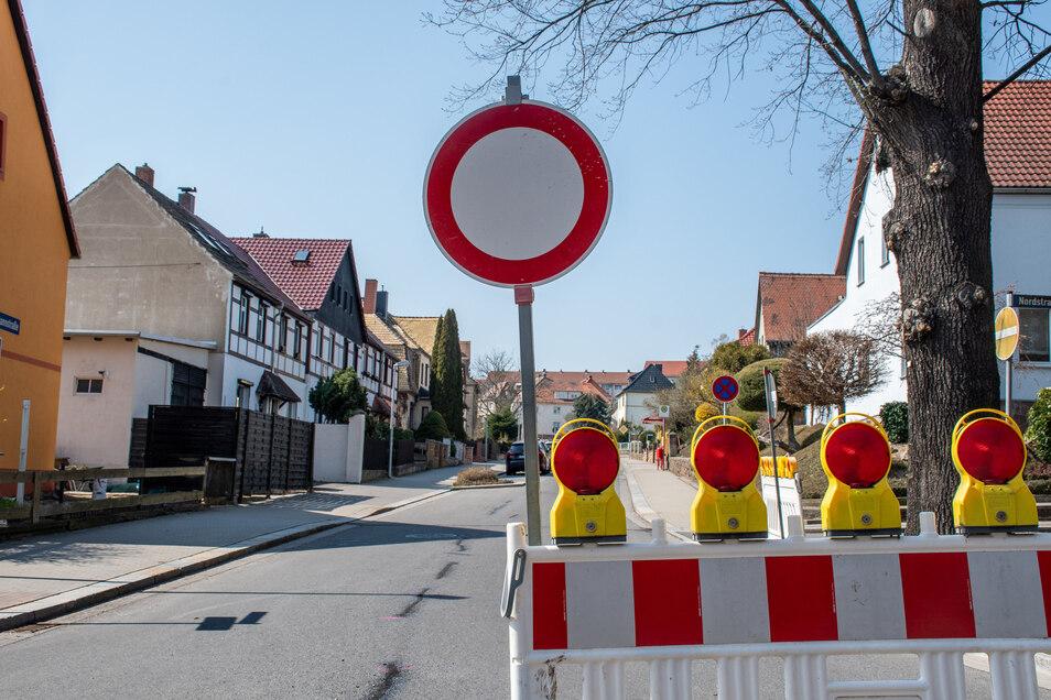 Die Hermannstraße in Roßwein ist am Mittwoch noch voll gesperrt. Es sind Arbeiten am Asphalt der erst 2014 erneuerten Fahrbahn nötig.