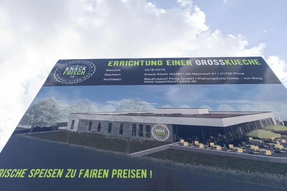 """Die fünf Meter hohe Bautafel im Gewerbegebiet """"An der Elbe"""" zeigt, wie die neue Großküche einmal aussehen soll."""