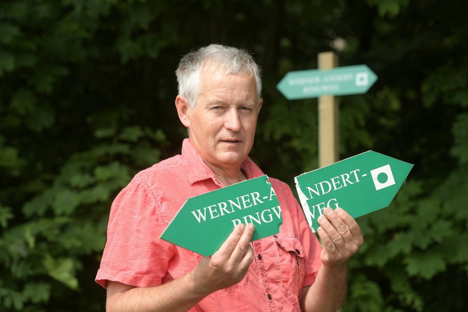 Wegewart Steffen Golbs mit einem zerbrochenen Schild vom Werner-Andert-Weg am Schlechteberg. Golbs kümmert sich ehrenamtlich um die Beschilderung - und stellt immer wieder Vandalismus fest.