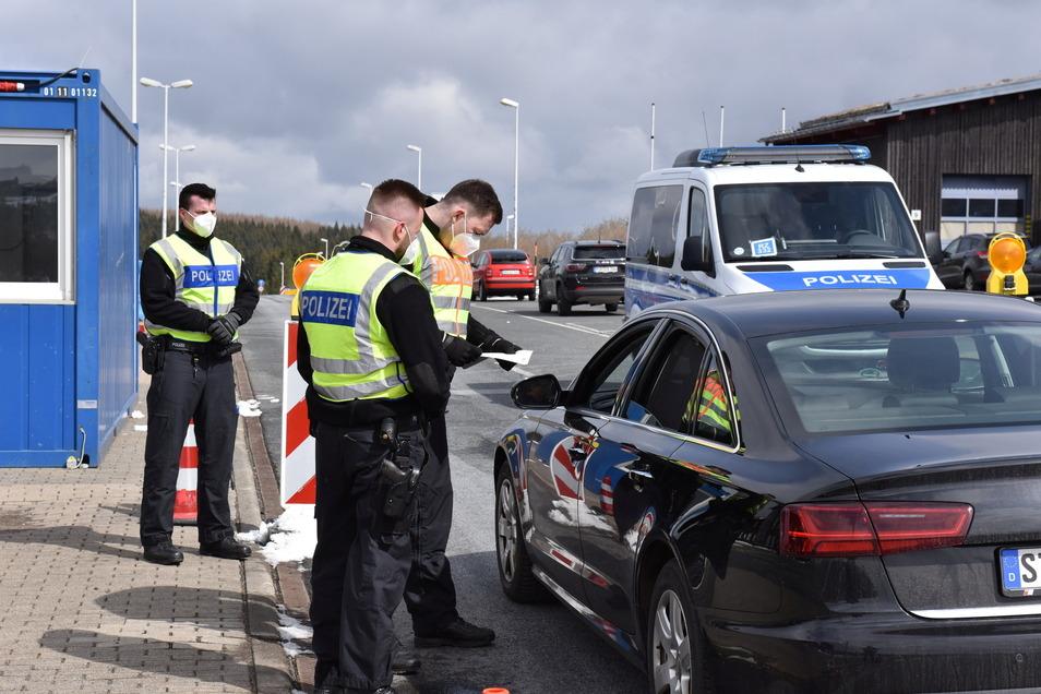 Kontrolle an der deutsch-tschechischen Grenze in Zinnwald. Der kleine Grenzverkehr bleibt weiter untersagt.