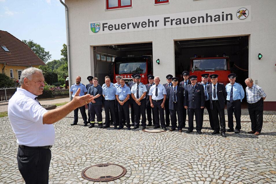 Bürgermeister Herklotz (CDU) bei der Übergabe der neuen Technik am Gerätehaus der Feuerwehr Frauenhain.