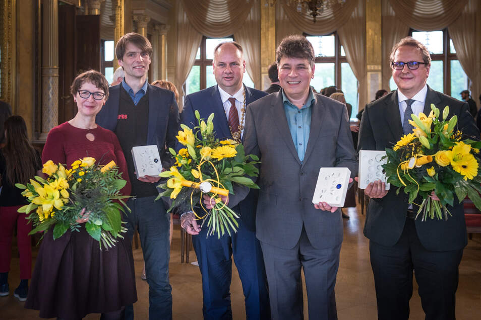 Geduldig posierten die Preisträger mit Oberbürgermeister Hilbert.