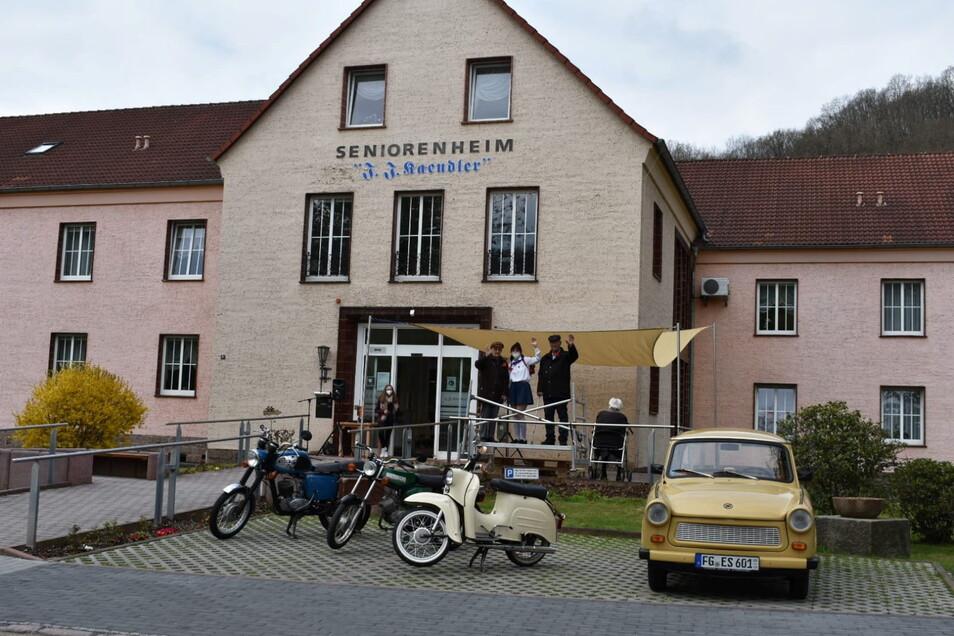 Vor dem Heim war eine Tribüne aufgebaut. Auf dem Parkplatz präsentierte das Heim Fahrzeuge aus der DDR-Produktion.