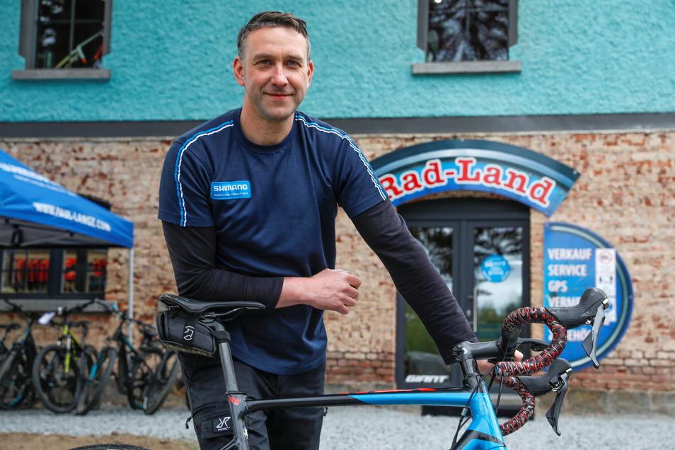 """Frank Zieger vor seinem neuen """"Rad-Land"""" in Neusalza-Spremberg. Die Kunden seines Fahrrad-Geschäftes und der Werkstatt kommen aus dem Umkreis von etwa 20 Kilometern."""