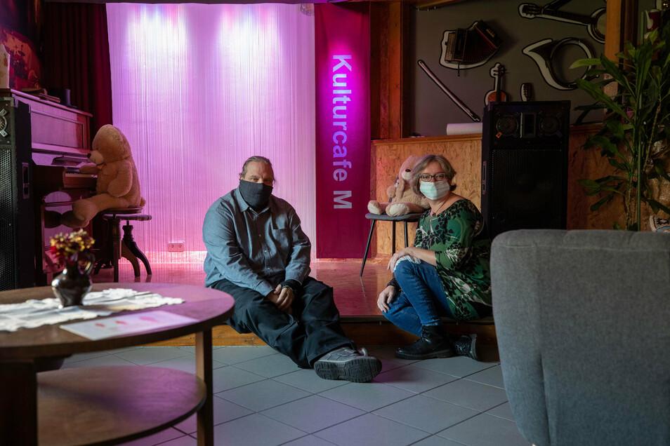 Sind ab Montag wieder allein in ihrem Dohnaer Kulturcafe - und das in dessen zehntem Jahr: Kathleen und Christoph Mitschke.