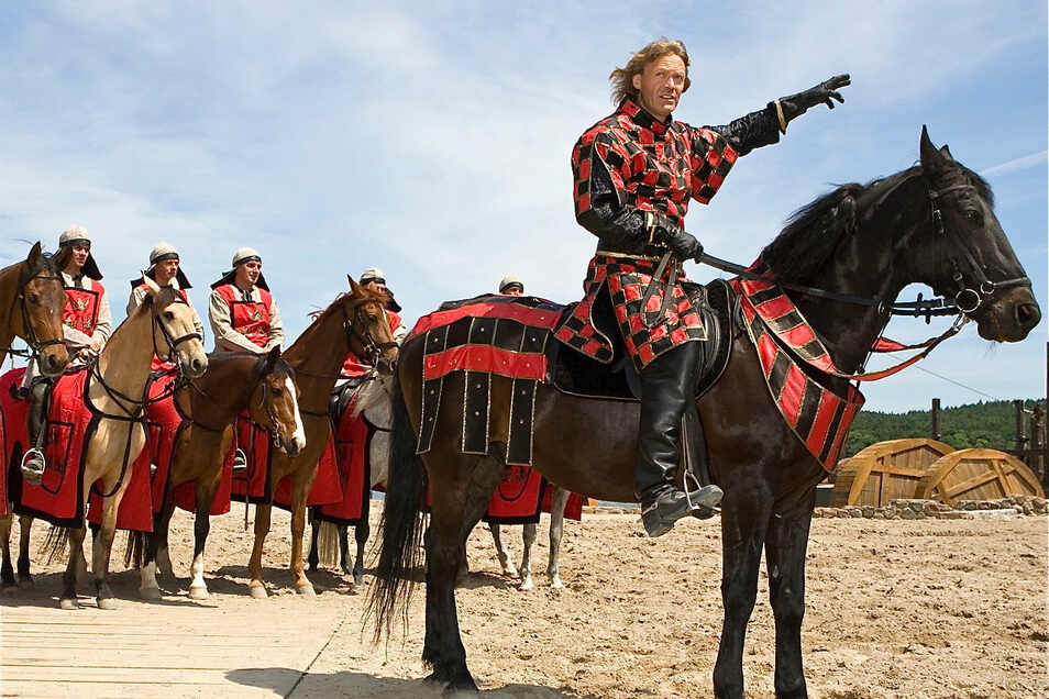 Jürgen Haase im Jahr 2008 hoch zu Pferd in Ralswiek. Er war damals der Feldherr der dänischen Königin und Gegner Störtebekers.