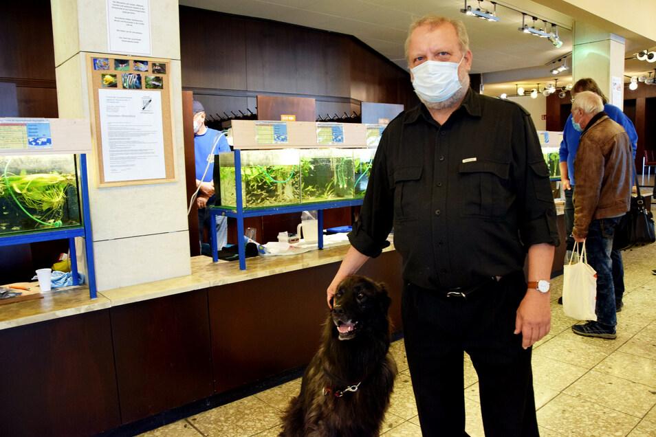 Hatten den Einlass zur Zierfischbörse der Aquarianer in der Hoyerswerdaer Lausitzhalle bestens im Griff beziehungsweise in der Pfote: Friedhelm Leimers und sein Hund Cindy.