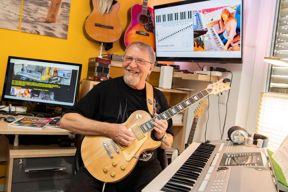 Bernd Ueberfuhr in seiner privaten Musikschule in der Weßnitzer Straße. Hier gibt er Unterricht, der vor allem Spaß machen soll.