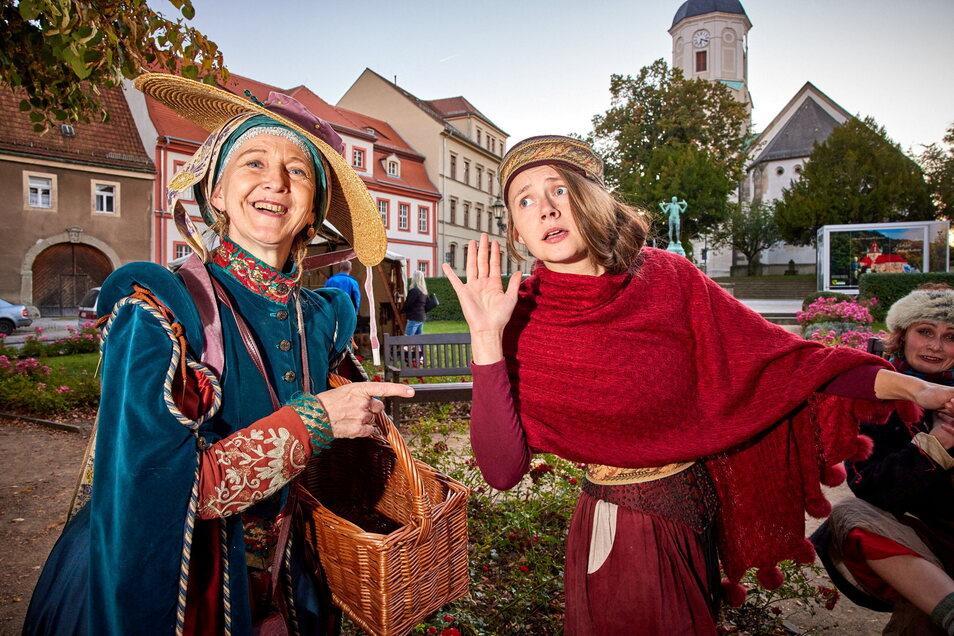 Paula Herold (li.) und Freyja Herold auf dem Markt in Dohna.