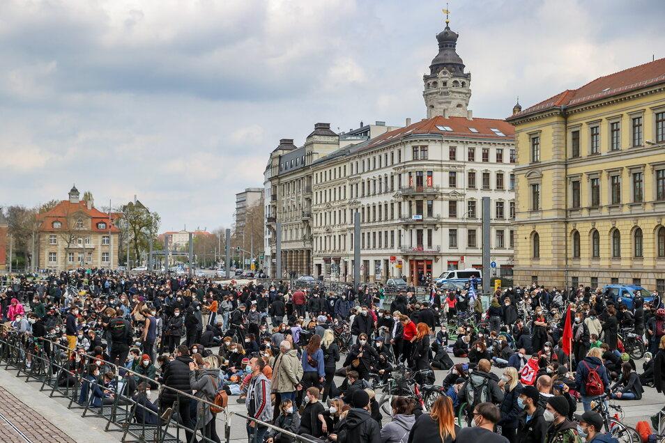Teilnehmer einer Gegendemonstration protestieren gegen einen Aufmarsch der rechtsextremen Kleinpartei III. Weg in Leipzig.