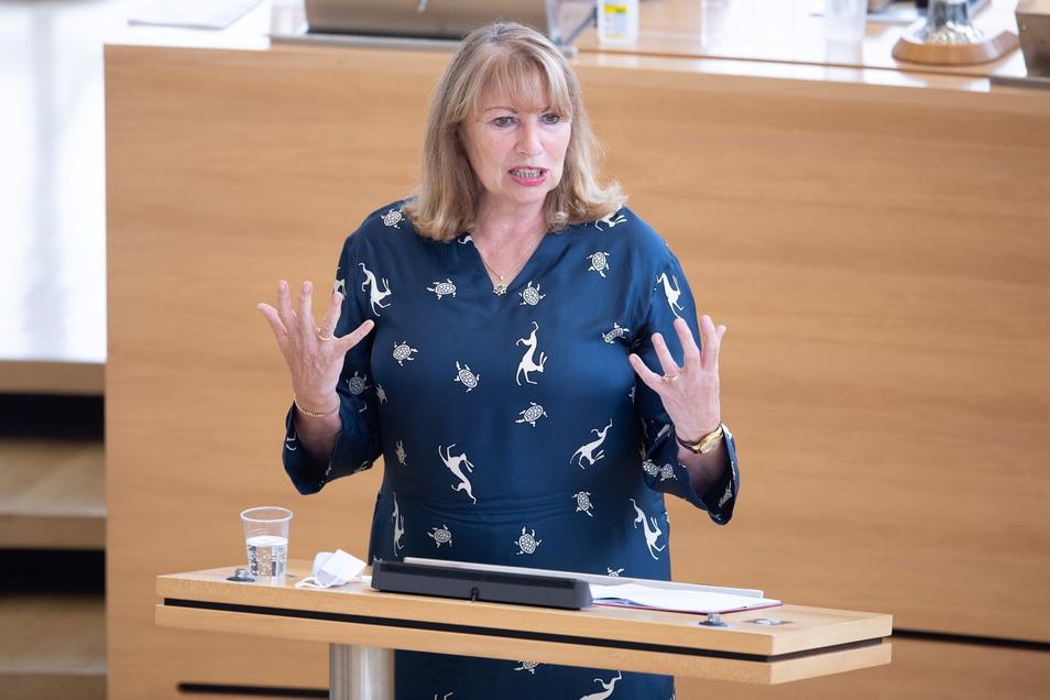 Petra Köpping (SPD), Gesundheits- und Sozialministerin von Sachsen, verteidigt im Plenum die Corona-Maßnahmen der Regierung.