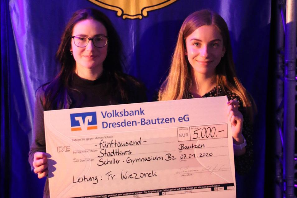 Zwei Schülerinnen vom Schiller-Gymnasium nahmen den Scheck in Empfang.