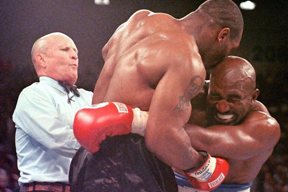 Evander Holyfield (r.), verzieht 1997 in Las Vegas das Gesicht, nachdem ihn sein Herausforderer Mike Tyson ins Ohr gebissen hat.