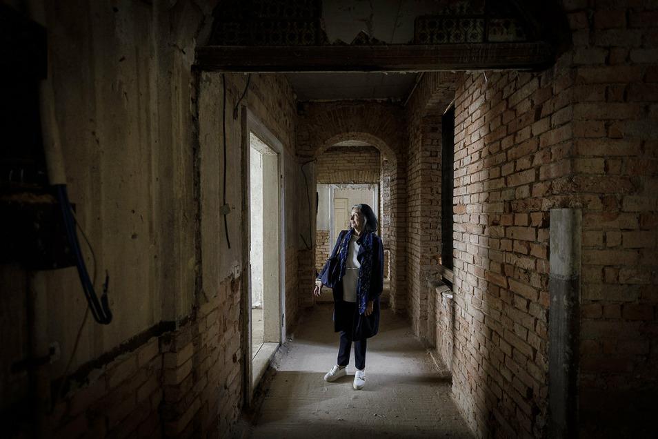 Angela Thamm schaut sich drinnen um. Das Haus ist komplett unsaniert, aber zumindest ist der Verfall gestoppt, es regnet nicht mehr ein.