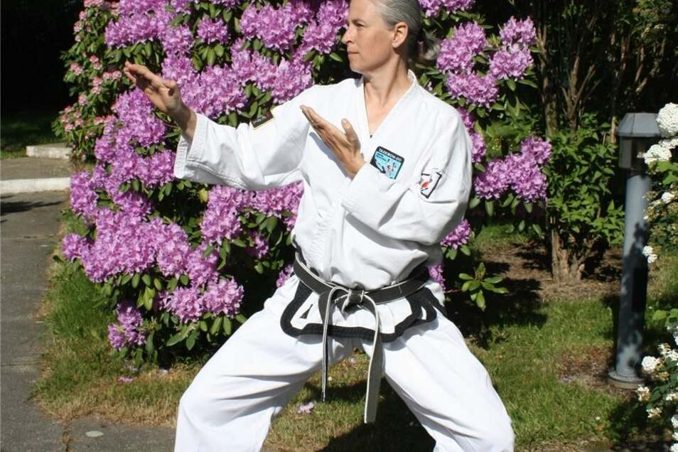 Ein paar Stufen von ihrem Schreibtisch entfernt betritt sie die Welt des Taekwon-Do.