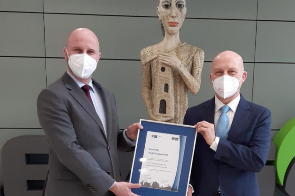 Leag-Personalvorstand Jörg Waniek (links) nahm die Urkunde von Peter Kopf, Chef der IHK Cottbus, entgegen.