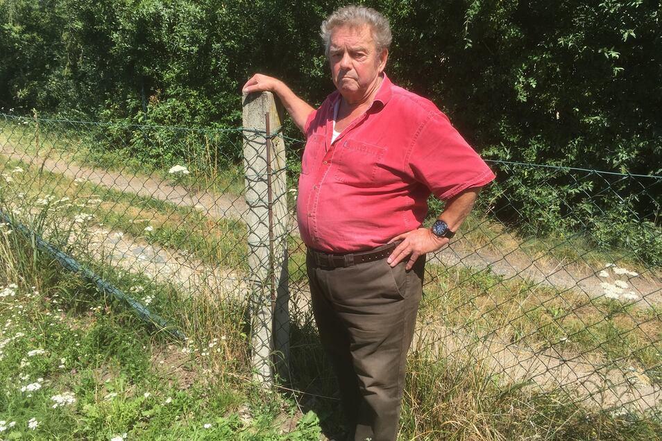 Mit dem Wegerecht zu seinem Grundstück und dem Maschendrahtzaun der Nachbarin hat Rolf Wündrich nichts als Ärger.