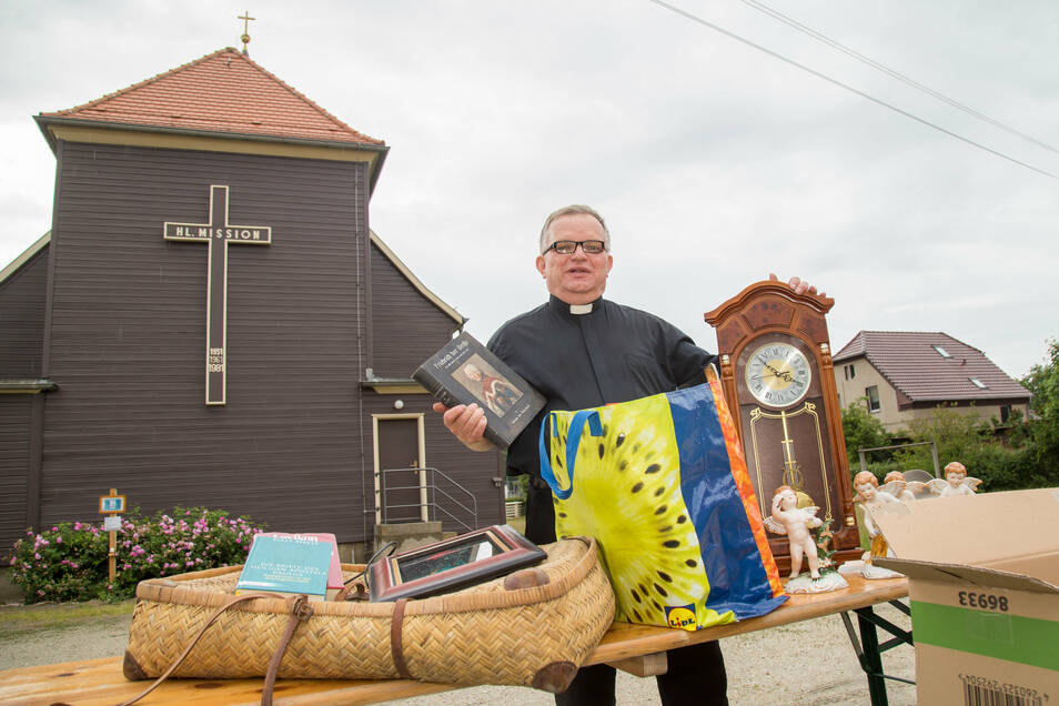 Am Sonnabend lädt Pfarrer Krystian Burczyk zum Trödelmarkt ein. Angeboten wird all das, was er nicht zu seiner nächsten Station in Cottbus mitnehmen möchte.