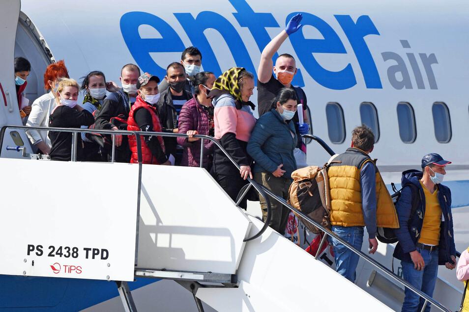 Auch auf dem Flughafen Karlsruhe/Baden-Baden kamen am Donnerstag Erntehelfer aus Rumänien an. Sie werden bei der Spargelernte helfen.