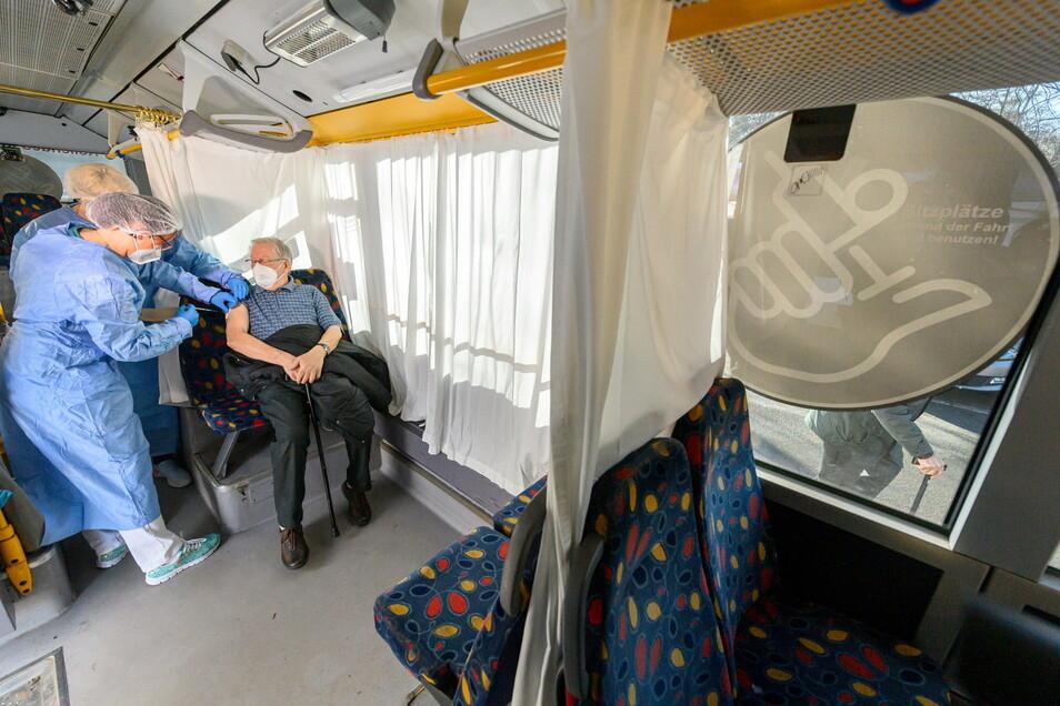 Großhartmannsdorf: Impfhelferinnen impfen bei einem Testlauf in einem sogenannten rollenden Impfzentrum einen Rentner mit dem Impfstoff gegen Corona von Biontech/Pfizer.