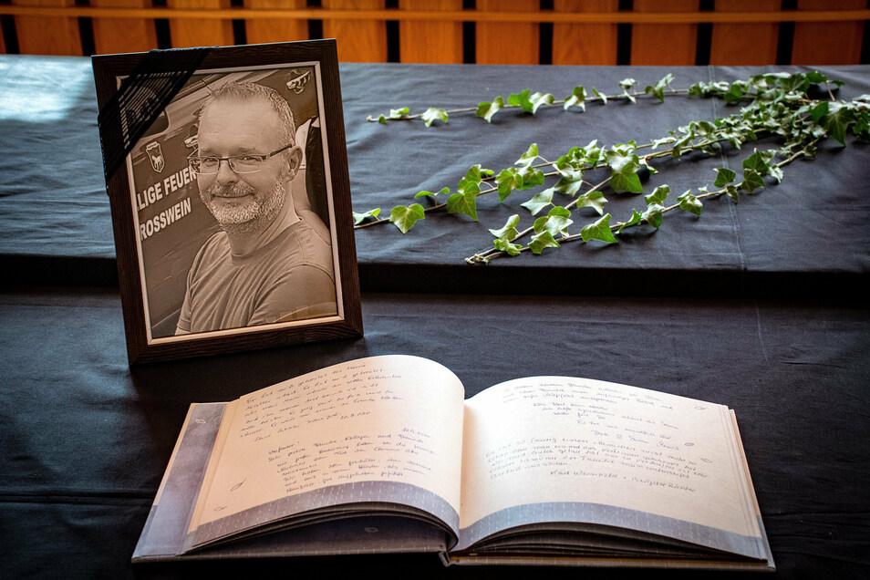 Zum ersten Mal hat im Roßweiner Rathaus ein Kondolenzbuch ausgelegen. Insgesamt drei Bücher sind es am Ende mit Beileidsbekundungen und tröstenden Worten für die Angehörigen von Clemens Otto geworden.