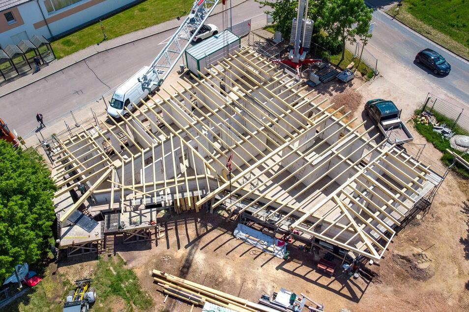 In dieses Bauprojekt steckt die Gemeinde Ostrau 284.000 Euro. Das neue Sportlerheim des SV 90 Ostrau wächst Tag für Tag. Es ist zusammen mit der Sanierung der Kalköfen eines der größten Investitionen der Gemeinde in diesem Jahr.