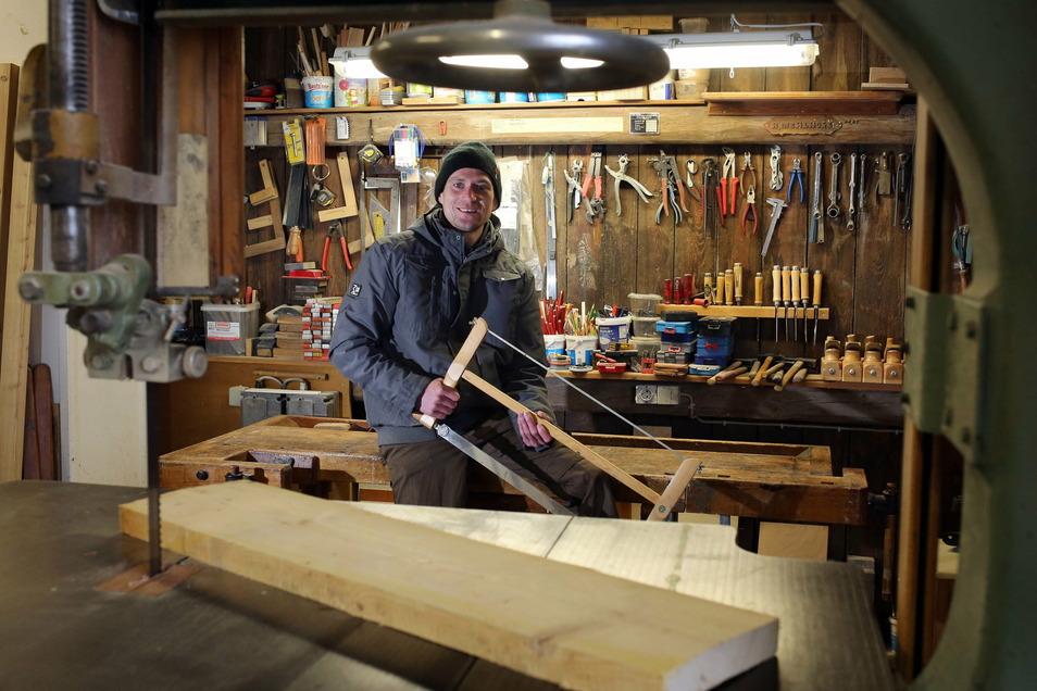 Rico Mehlhose (37) aus dem Kamenzer Ortsteil Gelenau hat sich mitten im Corona-Lockdown als Zimmermann selbstständig gemacht.