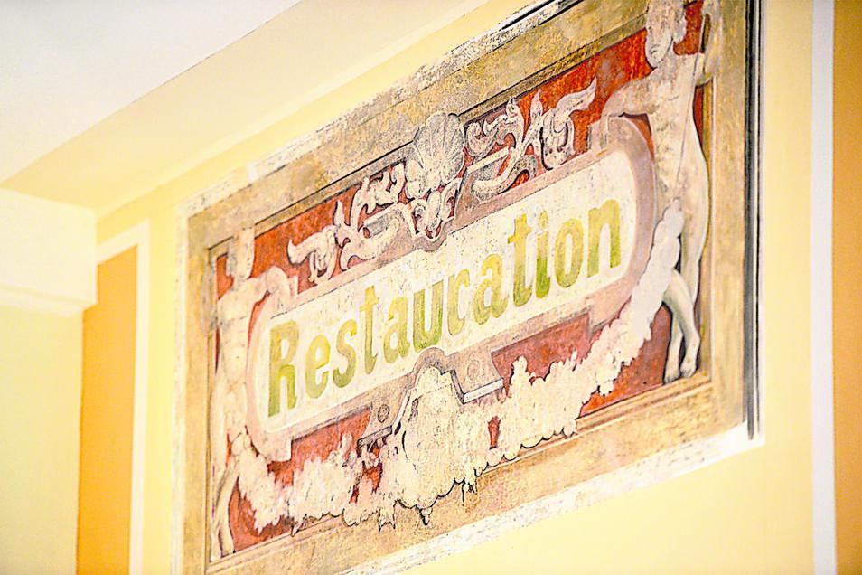 Bei den Arbeiten fanden Fachleute im Hauptteil historische Wandzeichnungen. Ein Bild deutet auf das frühere Bahnhofslokal hin.