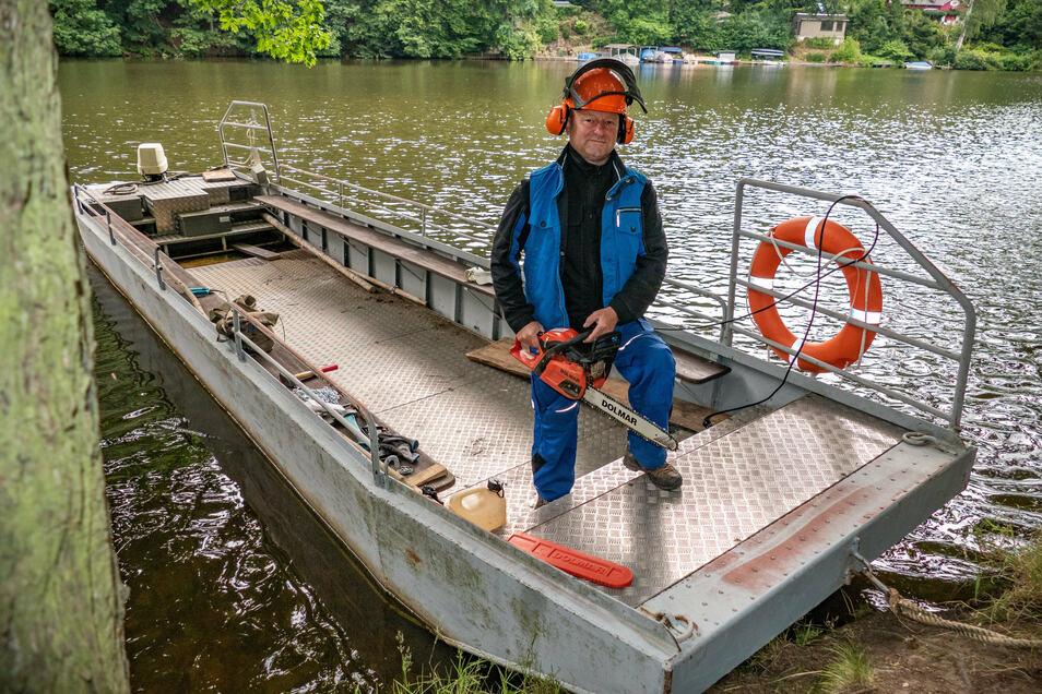 Marco Augustin ist nicht nur zu Fuß unterwegs, um die Wanderwege zu kontrollieren. Oft nimmt er auch das Arbeitsboot, um sein Werkzeug zu transportieren.