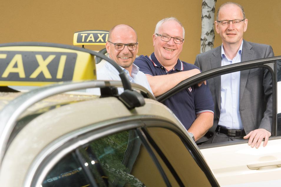 Die im Verband organisierten 16 Taxigenossenschaften in Sachsen wollen mitreden, wenn Deutschland die Tür für mehr Wettbewerb öffnet. Die Chefs der größten – Thomas Voigt (Leipzig), Henry Roßberg (Dresden) und Wolfgang Oertel (Chemnitz, v. l.).